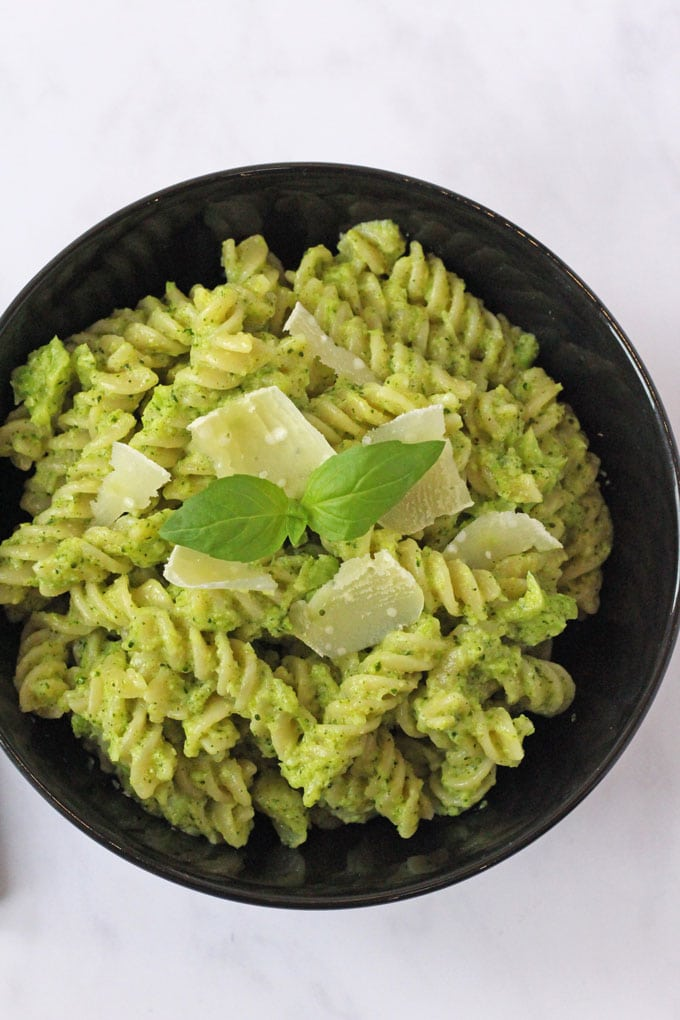 An easy, nutritious and kid-friendly pasta pesto recipe made with super healthy broccoli!