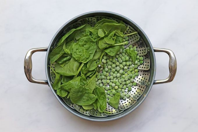 Spinach and peas in a steamer